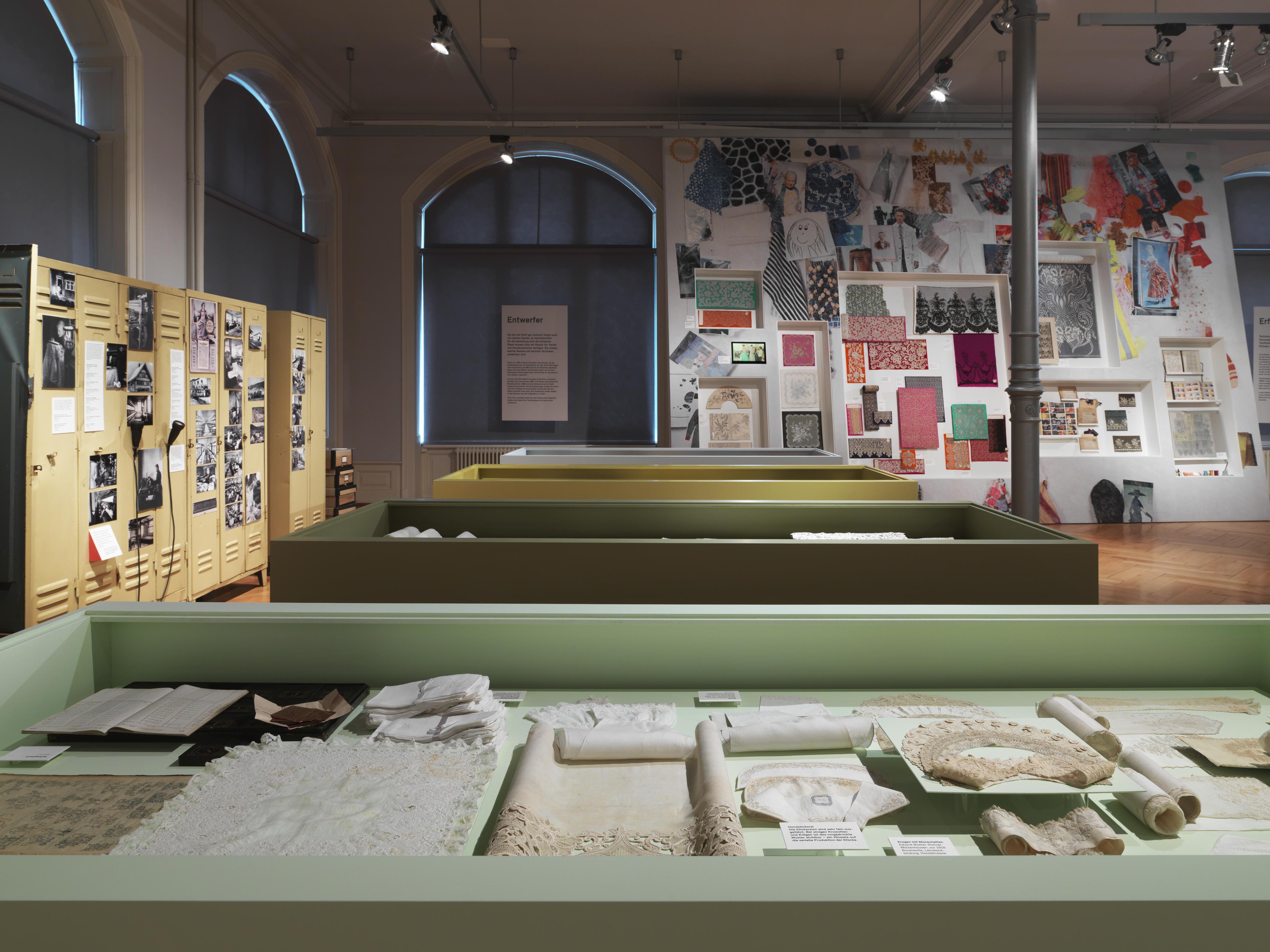 Szenografie-Ausstellungsgestaltung-Textil-Moodboard-Vitrinen-Bernhard Duss